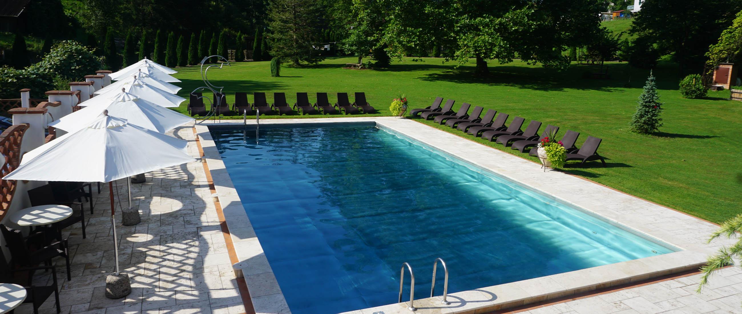 Schwimmbad_mit_Parkanlage