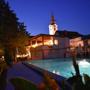 Romantische Abendstimmung am Pool